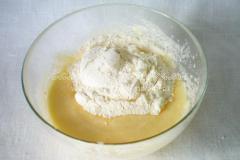 Готовим тесто для вишневого пирога с творогом