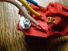 Вставляем провода в специальные разъемы