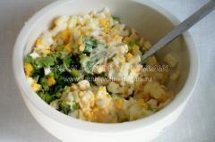 Добавляем яйца и заправляем салат.