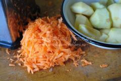 Подготавливаем морковь и яблоки