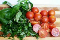 Подготовим базилик и помидоры.