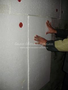 Крепим плиту к стене
