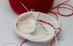 Как связать пинетки для новорожденной девочки крючком