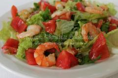 Добавляю креветки и заправку в салат