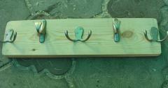 Деревянная вешалка для одежды из доски