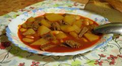 Гуляш по-венгерски с фасолью и картофелем в мультиварке