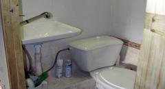 Благоустроенный туалет в частном доме в деревне
