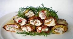 Рецепт рулетиков из кабачков с мягким сыром и помидором