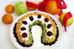Фруктовый праздничный салат из киви, бананов, апельсинов, яблок