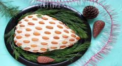 Салат Шишка с копченой курицей, кукурузой, яйцами, сыром