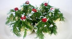 Новогодние фаршированные яйца в виде елочек с грибами и сыром
