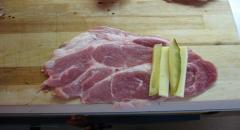Свиные рулетики с сыром и мариноваными огурчиками