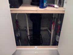 Шкафчик в туалете с полочками