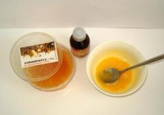 Домашняя маска от морщин на основе куриного желтка, меда и глицерина.