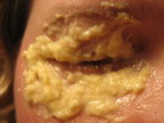 Картофельная маска для глаз, освежающая - рецепт с мукой и молоком
