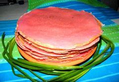 Розовые блины: мешочки с начинкой - рецепт с фото