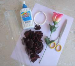 Декор из розы и лепестков под стеклом - инструкция с фото
