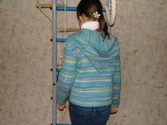Жакет с капюшоном для девочки подростка из пряжи фантазийной окраски