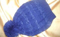 Синяя шапка с помпоном, как связать комплект спицами