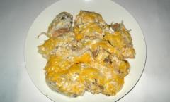 Горбуша, запеченная под сметаной и сыром - рецепт, фото