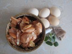Окрашивание пасхальных яиц узорами листочков растений с помощью шелухи лука