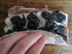 Мясной рулет с черносливом и беконом - рецепт, фото, мастер класс
