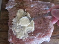 Рулет из свинины с черносливом и сыром в горчично-чесночном соусе