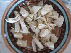 Cалат из куриного филе, пекинской капусты, зеленого лука и сухариков из белого хлеба