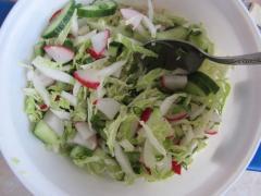 Салат из редиса, зеленого лука, огурца, пекинской капусты
