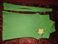 Зеленый жилет с цветком спицами - фото, описание работы