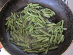 Как приготовить cтручковую фасоль - гарнир из морковки и лука