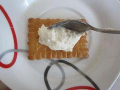 Пирожное из печенья с творожным кремом из банана и ананаса