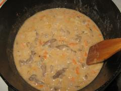 Как приготовить куриную печень в сметанном соусе - рецепт, фото