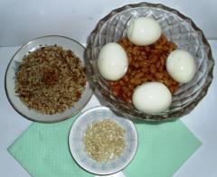 Салат с консервированной фасолью с яйцами и орехами