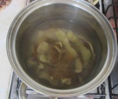 Ванночка из отвара льняного семени и картофельных очисток при мозолях, загрубевшей коже и трещинах на пятках